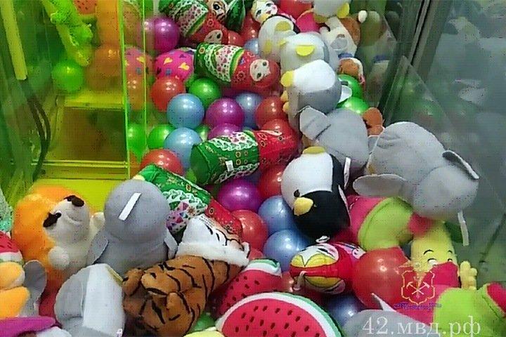 Житель Тайги похитил почти 100 игрушек из автомата и раздал детям