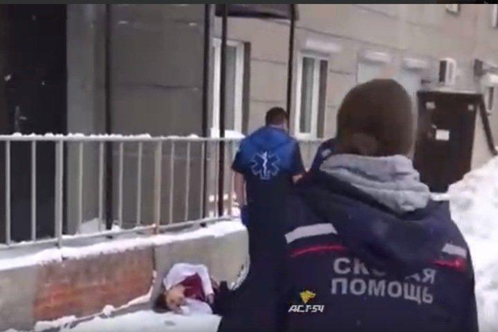 Тела двух девочек найдены под окнами многоэтажки в Новосибирске