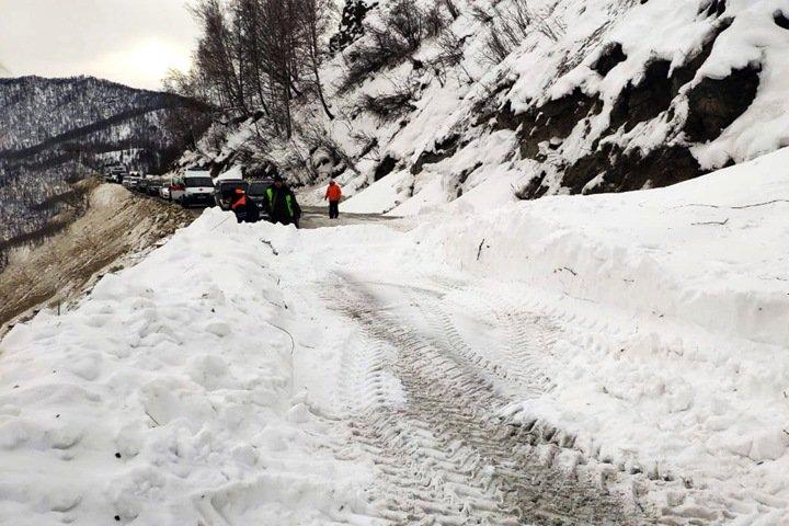 Две лавины обрушились на Чуйский тракт в Республике Алтай