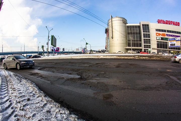 Ямы на Ипподромской магистрали в Новосибирске. Фото