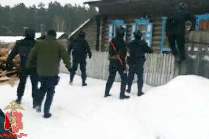 Три человека в масках напали на семью в Канске