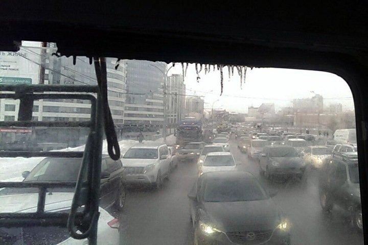 Гигантская пробка образовалась в центре Новосибирска