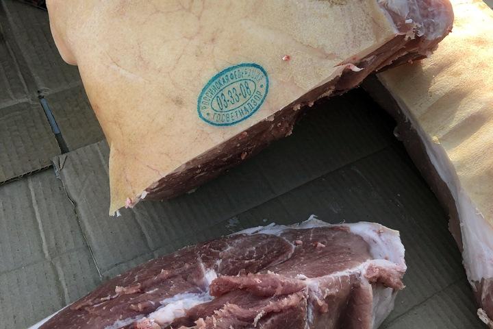 Нелегальное мясо забрали с красноярского рынка из-за чумы свиней