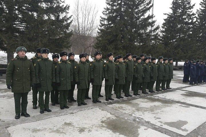 Командир отбирал у новосибирских курсантов телефоны, вымогал вешалки и отпускал в самоволку за казан