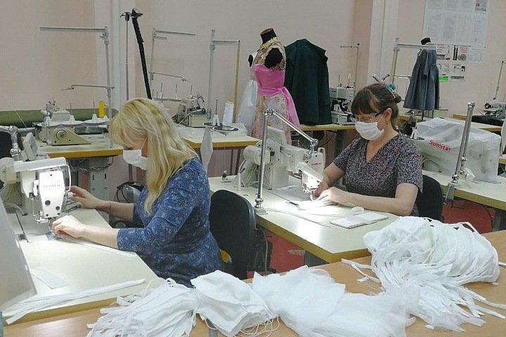 Педагоги новосибирского колледжа начали шить марлевые маски