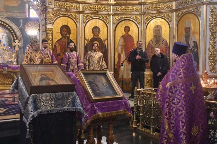 Митрополит Кузбасса провел массовый молебен от коронавируса