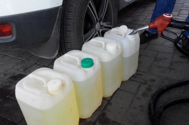Почему нельзя наливать топливо в пластиковые бутылки и канистры