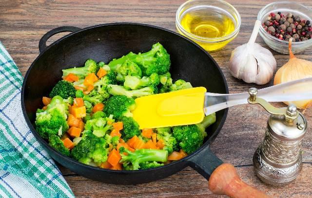 На каком масле готовить полезнее всего: подсолнечное, оливковое или авокадо