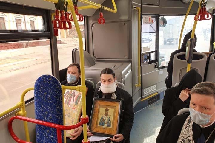 Читинские священники провели «молитвенный объезд» за здоровье на автобусе