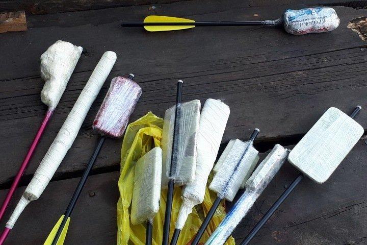Жителей Бурятии задержали с арбалетом и начиненными наркотиками стрелами возле колонии