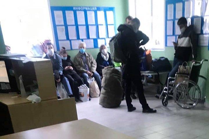 """Новосибирцев с коронавирусом перевозят из больницы в больницу: «Заглядывают """"залетные"""" пациенты, едут дальше»"""