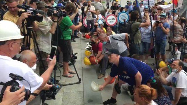 Шахтеры пикетируют офис Зеленского требуя выплаты зарплаты