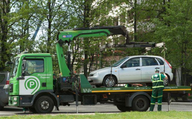 За что могут оштрафовать во дворе дома и во сколько обойдется мойка машины на газоне и парковка на детской площадке