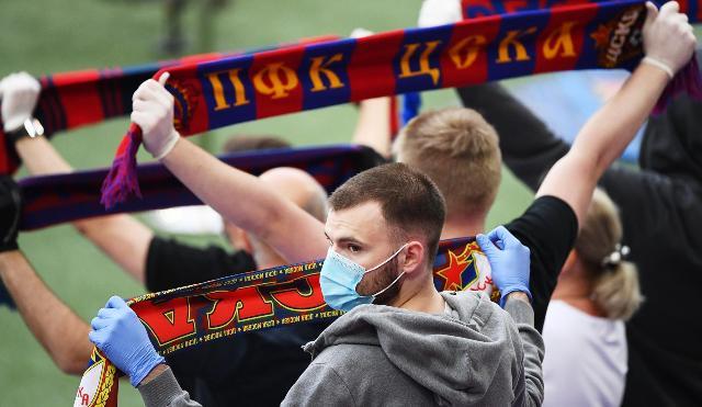 Маска, перчатки, гол: как выглядит футбол во время пандемии