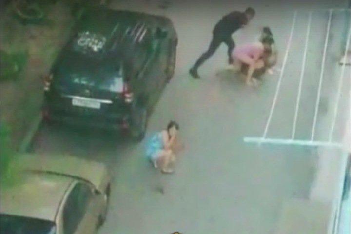 Мужчина жестоко избил женщин под окнами дома в Новосибирске