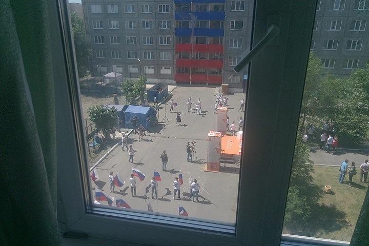 Сотрудники алтайского университета ворвались в комнату студента, вывесившего советский флаг во время флешмоба ко Дню России