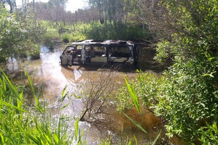 Микроавтобус вылетел с трассы под Венгерово в воду и загорелся