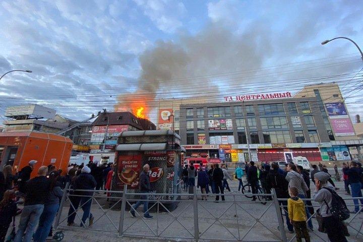 Торговый комплекс загорелся у Центрального рынка Новосибирска