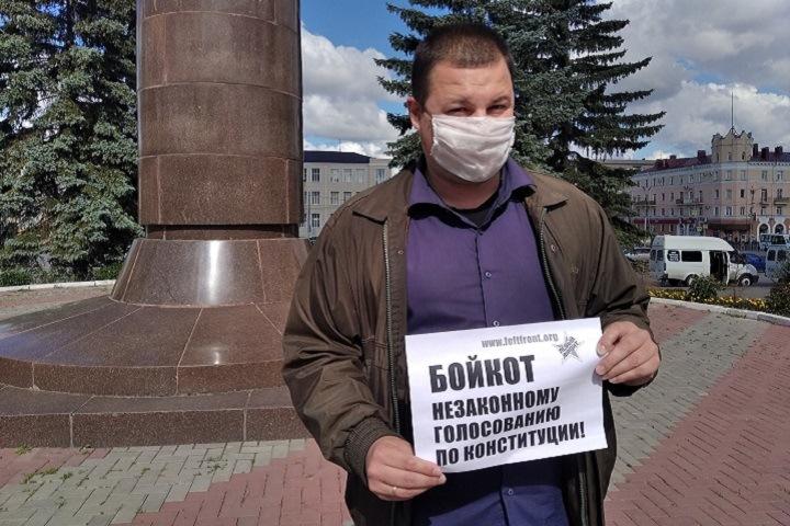 Омич вышел на пикет за бойкот голосования по обнулению сроков Путина