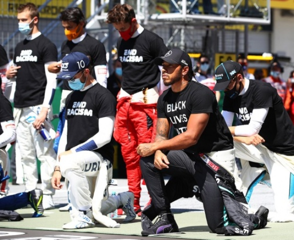 Шесть гонщиков Формулы-1 отказались вставать на колено