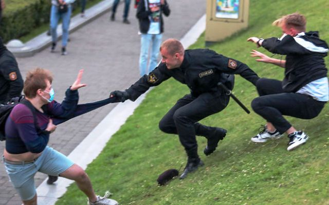 В Беларуси прошли массовые протесты в поддержку снятых кандидатов