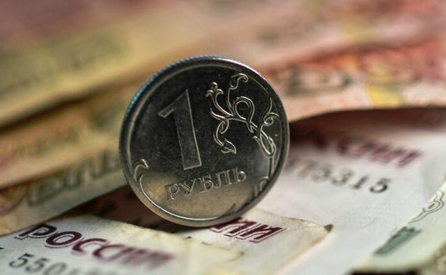 """Рубль покатился вниз: ждать ли повторения """"черного августа"""""""