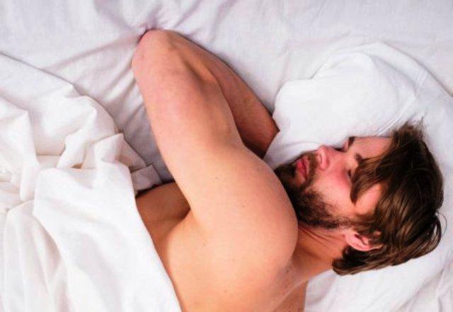 Названы опасные для сна позы