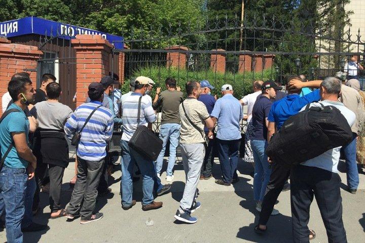 Десятки граждан Таджикистана собрались у новосибирского консульства, чтобы улететь домой