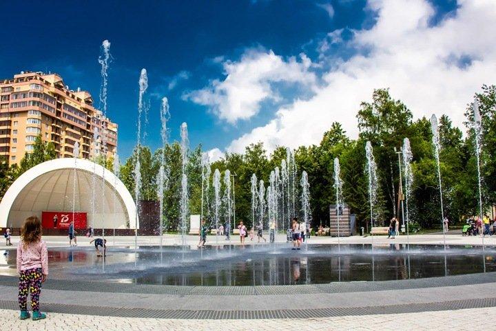 Песни войны зазвучали у фонтана в Центральном парке Новосибирска