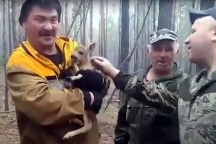 Лесник спас олененка от пожара в Бурятии