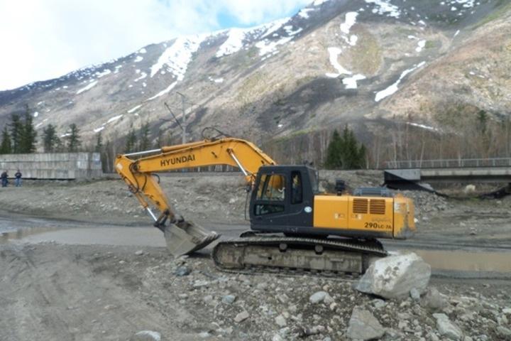 Строители железной дороги разрыли карьер и добывали щебень около Байкала