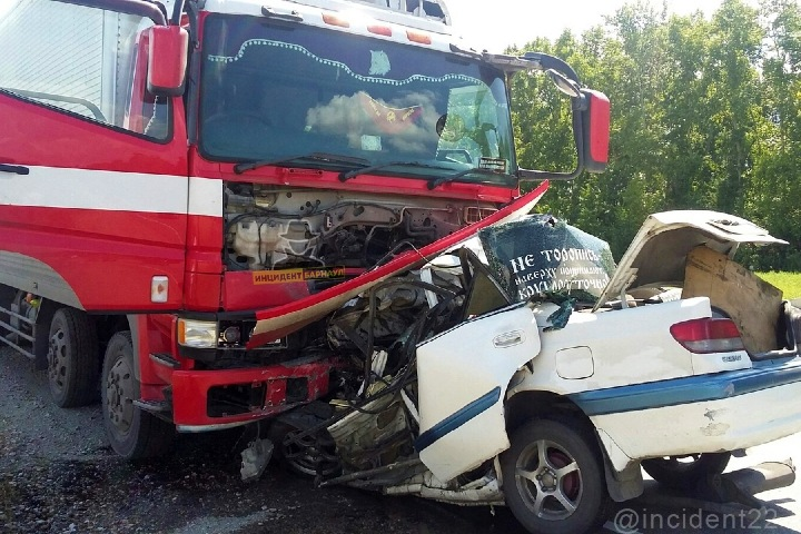 Трое погибли при столкновении грузовика и Toyota на Алтае: «Наверху принимают круглосуточно»