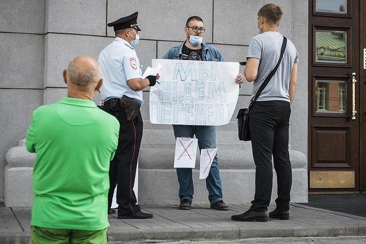 Суд прекратил дело спевшего «Перемен» новосибирца на акции в поддержку Хабаровска