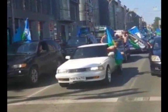 Машины с флагами ВДВ «перекрыли» центральную улицу Новосибирска