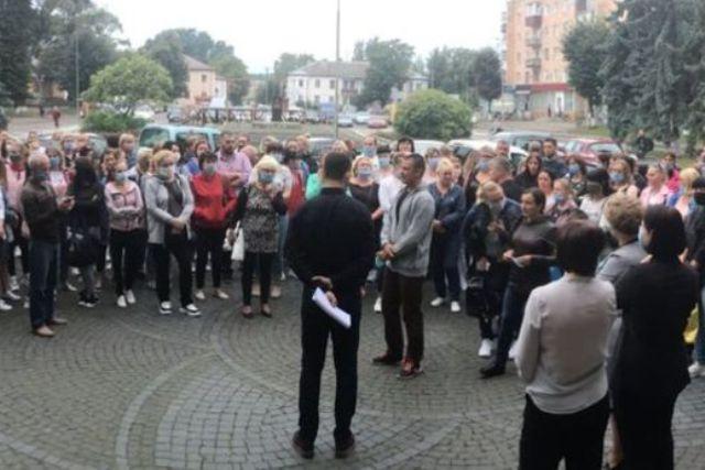 В Ровенской области родители протестуют против дистанционного обучения их детей