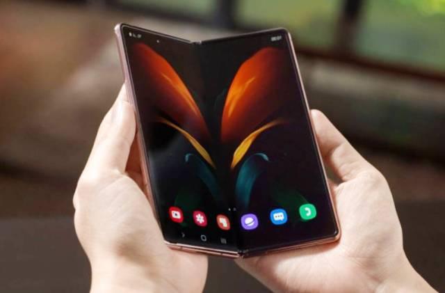 Изящные линии: как выглядит новый складной смартфон Samsung