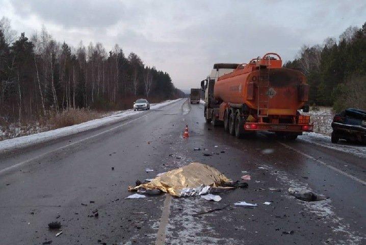 Четыре человека погибли на трассе в Красноярском крае. За рулем был 17-летний подросток