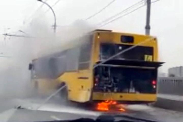 Автобус загорелся на Димитровском мосту в Новосибирске
