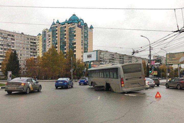 Колесо отвалилось от автобуса в центре Новосибирска