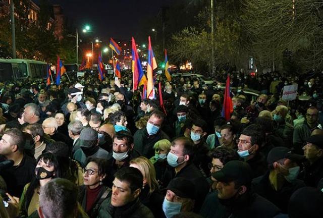 Отставка Пашиняна: в Ереване народ призывает премьера уйти