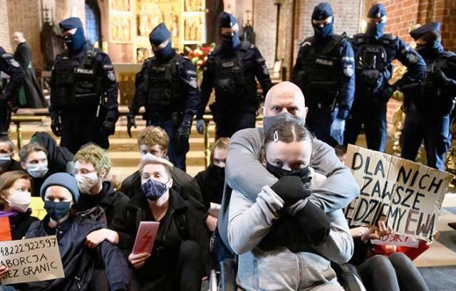 Беременная революция: запрет на аборты в Польше спровоцировал уличные беспорядки