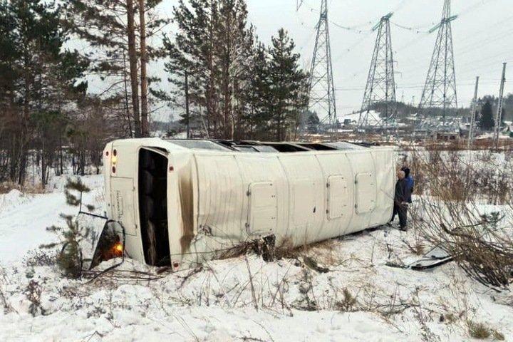 Автобус с пассажирами опрокинулся в Иркутской области