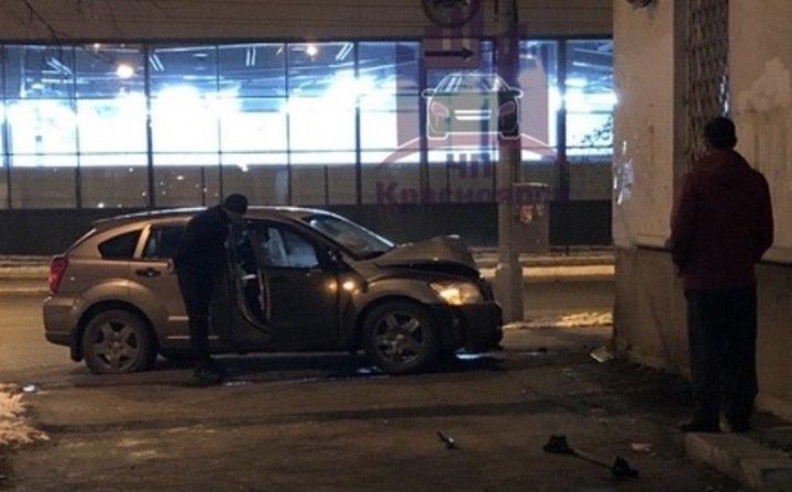 Пьяный водитель врезался в дом в Красноярске, убегая от полиции