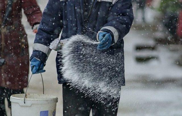 Чем вредны реагенты, которыми посыпают автодороги зимой