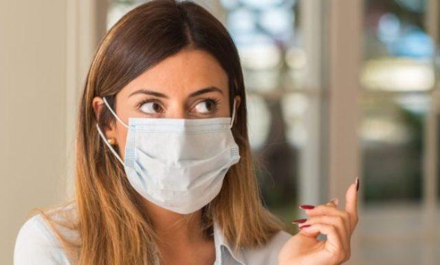 Косметологи рассказали, могут ли оттопыриться уши из-за регулярного ношения маски