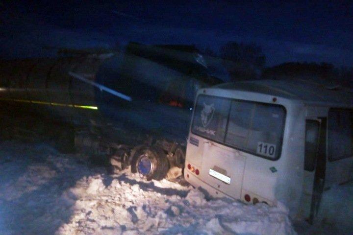 Автобус столкнулся с грузовиком в Новосибирской области: один человек погиб, семеро пострадали