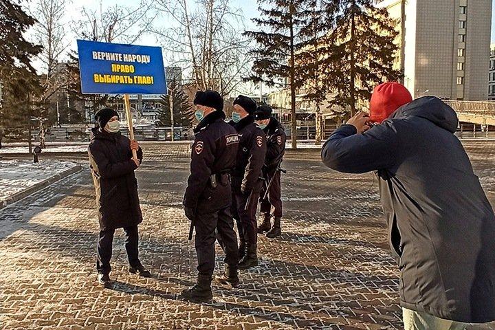Полиция задержала красноярского сторонника ЛДПР во время пикета о возвращении прямых выборов мэра