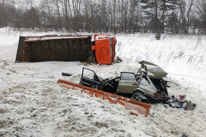 Трое погибли в страшном ДТП с грузовиком под Новосибирском