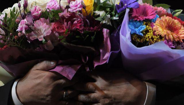 Что делают артисты с подаренными цветами?
