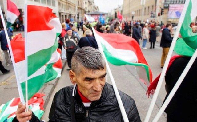 Начать расследование: в Закарпатье местные депутаты вместо украинского гимна поют венгерский